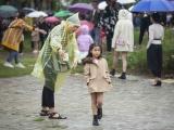 Mẫu nhí mặc ấm, che dù tổng duyệt Tuần lễ Thời trang Trẻ em Việt Nam