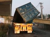 TPHCM: Xe container kéo sập dầm bêtông cầu bộ hành đang thi công