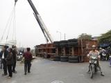 Hà Nội: Xe container bị tàu hỏa húc văng 10 mét