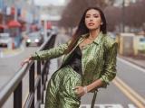 New York Fashion Week ngày đầu tiên, Minh Tú cá tính trong outfit màu neon nổi bật
