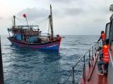 Cứu nạn thành công 11 người trên tàu cá gặp nạn ở Thuận An
