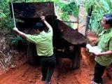 """Kon Tum: Mật phục bắt quả tang 2 xe máy cày chở gỗ """"khủng"""""""
