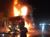 Xe đầu kéo bốc cháy dữ dội khi đang đi trên quốc lộ 1A