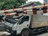 Xe tải đâm sập thanh hạn chế chiều cao cầu vượt Thái Hà
