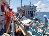 Đưa ngư dân gặp tai nạn nguy kịch trên biển vào bờ cấp cứu