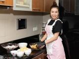 Trà Ngọc Hằng dành cả ngày làm bánh Pía để tặng người thân dịp Trung Thu