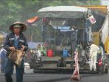 Uông Bí, Quảng Ninh: Ưu ái cho nhà thầu thảm đường dưới trời mưa?