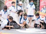 Ngọc Hân cùng các em nhỏ vẽ tranh cổ vũ cho lối sống xanh