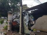 Bình Phước: Xe tải tông người đi xe máy rồi ủi sập nhà dân