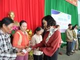 BHXH Việt Nam tặng 2.500 thẻ BHYT cho đồng bào vùng lũ lụt