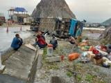 Lật xe khách ở Hòa Bình, 12 người thương vong