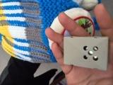 Cẩn trọng khi dùng mũ len gắn hộp âm thanh cho trẻ