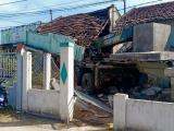 Bình Thuận: Xe cẩu tông sập hai nhà dân ven quốc lộ 1