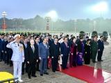 Các đại biểu dự Đại hội Đảng XIII viếng Chủ tịch Hồ Chí Minh và các anh hùng, liệt sĩ