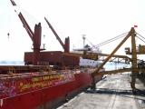 Cảng Cẩm Phả: Bốc rót những tấn than đầu tiên năm Tân Sửu 2021