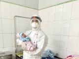 Bệnh nhi Covid-19 nhỏ tuổi nhất Việt Nam được xuất viện