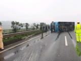 Đâm dải phân cách, xe khách bị lật trên cao tốc Nội Bài - Lào Cai