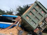 Hòa Bình: Xe khách tông xe tải, 3 người tử vong