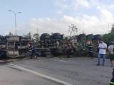 Quảng Nam: Xe container kéo rơmooc chở dầu lật chắn ngang quốc lộ 1