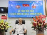 Trao Huy hiệu 75 năm tuổi Đảng cho GS Trần Phương