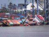 18 container rơi xuống sông Soài Rạp sau cú lật tàu