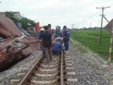 Nam Định: Va chạm với tàu hàng, xe container bẹp rúm