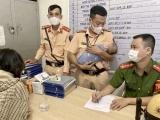 Hải Phòng: CSGT kịp thời giải cứu người phụ nữ ôm con nhỏ định nhảy cầu