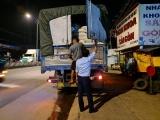 Tiền Giang: Phát hiện 'xe luồng xanh' vận chuyển 20 tấn hạt nhựa không nhãn hiệu