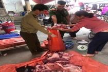 Hà Giang: Tiêu hủy lô hàng thịt lợn bốc mùi được bày bán công khai