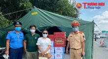 Người dân đồng hành cùng lực lượng chức năng tại điểm chốt cửa ngõ thủ đô Hà Nội