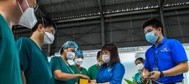 Gần 30.000 bánh trung thu vượt 1.300km 'đường mây'  đến với y bác sĩ tại miền Nam