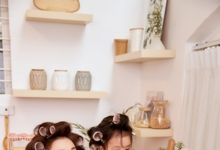 """Trà Ngọc Hằng cùng con gái tung bộ ảnh """"Một ngày làm việc nhà"""""""