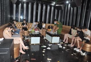 """Hải Dương: """"Đột kích"""" quán karaoke Bad Boy, phát hiện 43 """"dân chơi"""" dương tính với ma túy"""