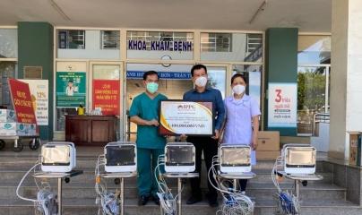 Doanh nhân Johnathan Hạnh Nguyễn trao 10 máy theo dõi bệnh nhân cho 2 BV ở Đà Nẵng