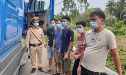Phát hiện 5 người trốn trong cabin xe tải để tránh chốt kiểm soát dịch