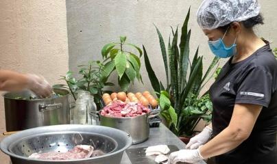 """Bếp ăn """"đỏ lửa"""" ngày đêm giúp người nghèo Hà Nội khi giãn cách"""